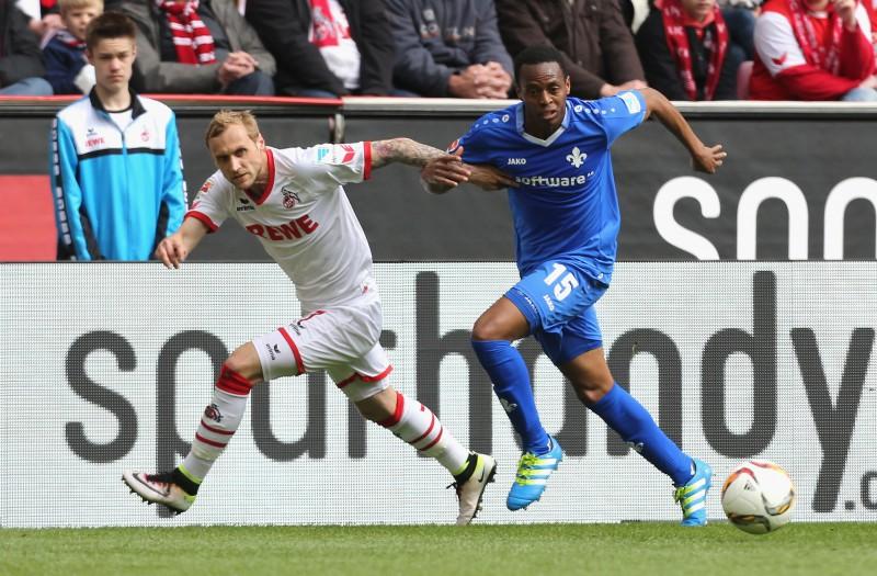 Marcel Risse (1. FC Köln) im Laufduell mit Junior Diaz (Darmstadt 98)