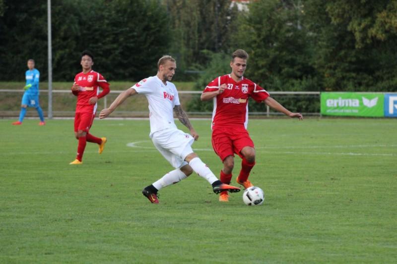 Marcel Risse (1. FC Köln) im Zweikampf mit einem Spieler des FC Hennef 05