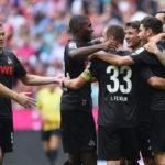 Nach dem Punktgewinn in München feiern die effzeh-Profis (Foto: Christof Stache/AFP/Getty Images)