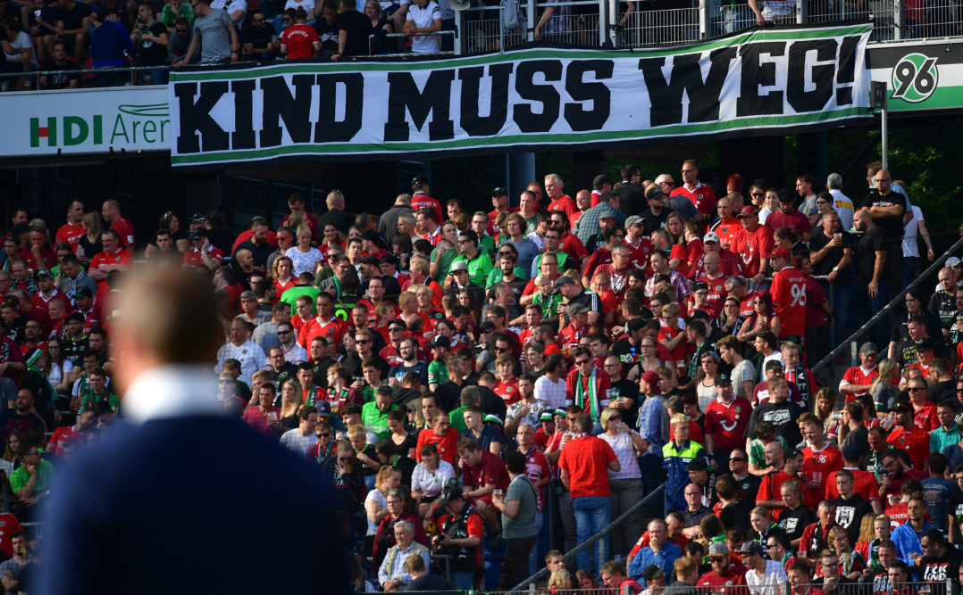 HANOVER, GERMANY - AUGUST 27: Fans of Hannover hold a banner against club president Martin Kind during the Bundesliga match between Hannover 96 and FC Schalke 04 at HDI-Arena on August 27, 2017 in Hanover, Germany. (Photo by Stuart Franklin/Bongarts/Getty Images)