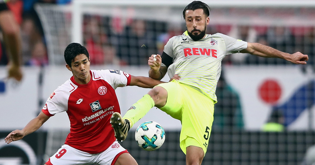 MAINZ, GERMANY - NOVEMBER 18: Yoshinori Muto (L) of Mainz is challenged by Dominic Maroh of Koeln during the Bundesliga match between 1. FSV Mainz 05 and 1. FC Koeln at Opel Arena on November 18, 2017 in Mainz, Germany. (Photo by Alex Grimm/Bongarts/Getty Images)