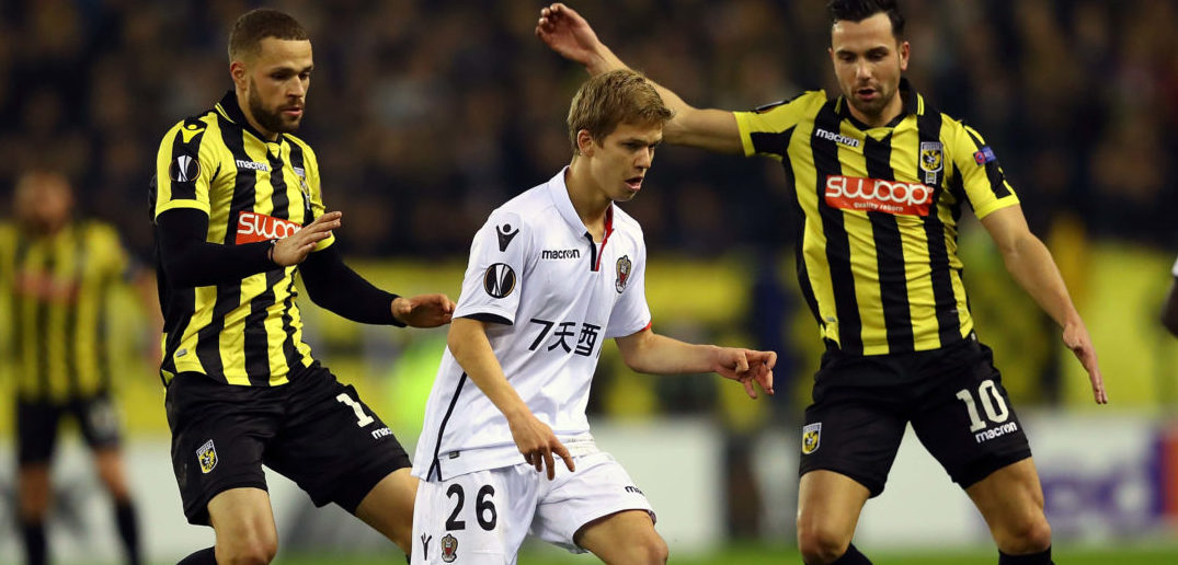 ARNHEM, NETHERLANDS - DECEMBER 07: Vincent Koziello of OGC Nice battles for the ball with Luc Castaignos and Thomas Bruns of Vitesse Arnhem during the UEFA Europa League group K match between Vitesse and OGC Nice at on December 7, 2017 in Arnhem, Netherlands. (Photo by Dean Mouhtaropoulos/Getty Images)