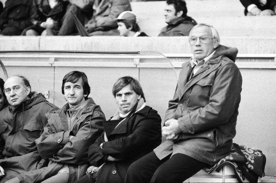 Die Trainerbank, v.r.n.l.: Trainer Weisweiler, Assistent Wolfgang Weber, Assistent Hannes Löhr, Mannschaftsarzt Dr. Alfons Bonnekoh.
