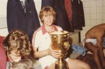 Nach dem Pokalsieg, Blick in die Kölner Kabine, Herbert Neumann mit Pokal. (Foto ist nicht von Pfeil sondern von Carol Serbu, bislang unveröffentlicht)