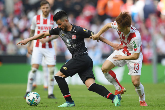 COLOGNE, GERMANY - APRIL 07: Danny Latza of Mainz (l) fights for the ball with Yuya Osako of Koeln during the Bundesliga match between 1. FC Koeln and 1. FSV Mainz 05 at RheinEnergieStadion on April 7, 2018 in Cologne, Germany. (Photo by Matthias Hangst/Bongarts/Getty Images)