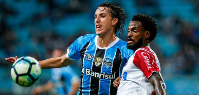 PORTO ALEGRE, BRAZIL - JUNE 12: Pedro Geromel of Gremio battles for the ball against Rene Junior of Bahia during the match between Gremio and Bahia as part of Brasileirao Series A 2017, at Arena do Gremio on June 12, 2017, in Porto Alegre, Brazil. (Photo by Lucas Uebel/Getty Images)