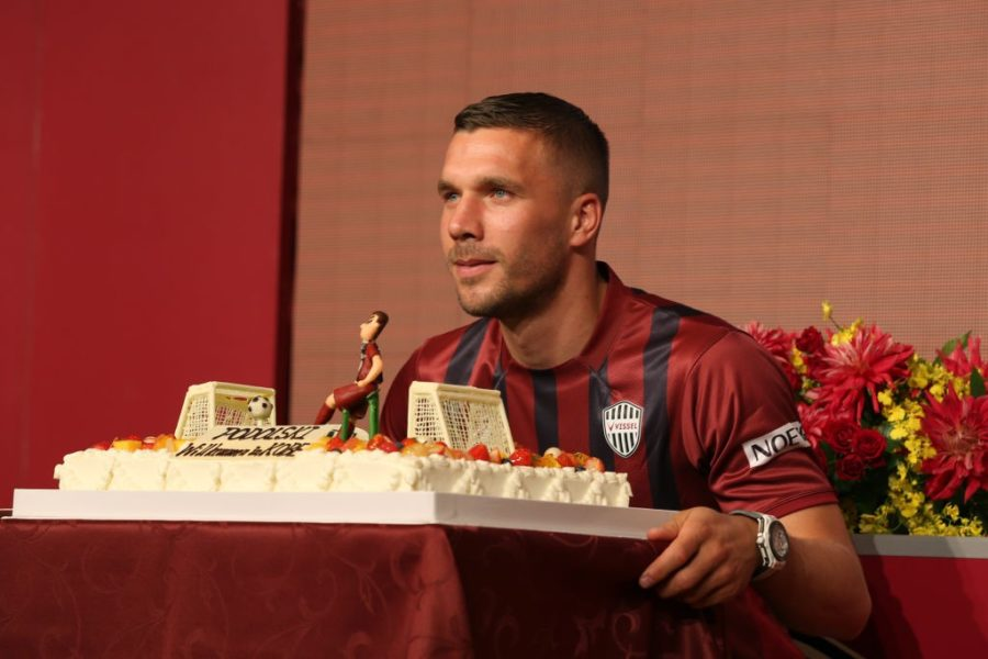 KOBE, JAPAN - JULY 06: Vissel Kobe new player Lukas Podolski poses a picture with his welcom cake during a press conference on July 6, 2017 in Kobe, Hyogo, Japan. (Photo by Buddhika Weerasinghe/Getty Images)
