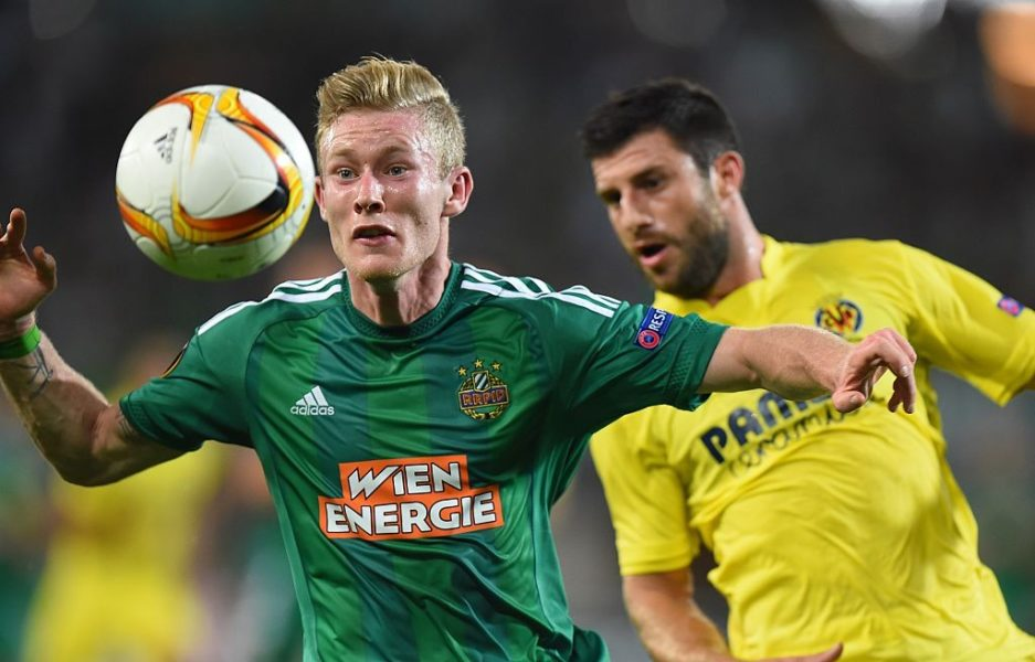 Rapid Wien's Florian Kainz (L) and Villarreal's Bojan Jokic vie for a ball during the UEFA Europa League Group E football match between SK Rapid Wien and Villarreal CF in Vienna, Austria, on September 17, 2015. AFP PHOTO / JOE KLAMAR (Photo credit should read JOE KLAMAR/AFP/Getty Images)