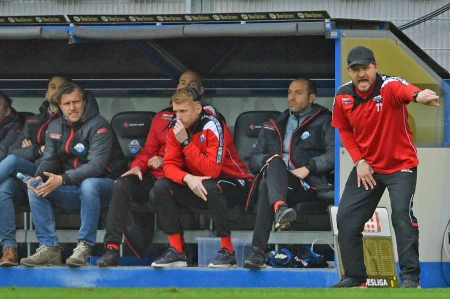PADERBORN, GERMANY - MARCH 02: Head coach Steffen Baumgart (R) of Paderborn gives advice to his players during the Second Bundesliga match between SC Paderborn 07 and FC St. Pauli at Benteler Arena on March 02, 2019 in Paderborn, Germany. (Photo by Thomas F. Starke/Bongarts/Getty Images)