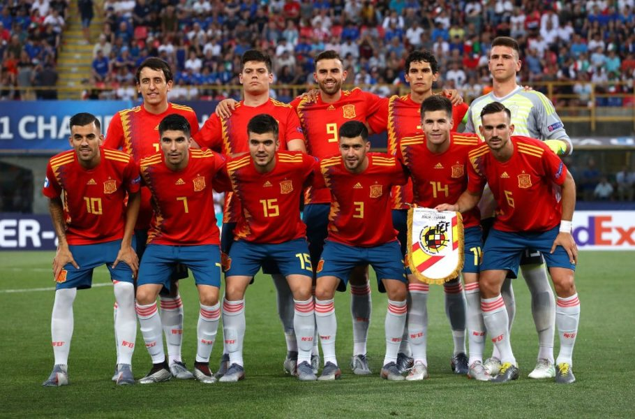 BOLOGNA, ITALY - JUNE 16: Spain team line up before the 2019 UEFA U-21 Group A match between Italy and Spain at (insert stadium name) on June 16, 2019 in Bologna, Italy. (Photo by Marco Luzzani/Getty Images)