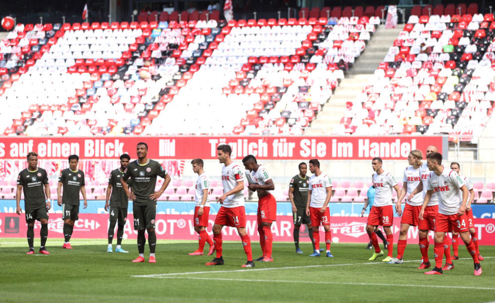 COLOGNE, GERMANY - MAY 17: Players of both teams wait for a corner kick during the Bundesliga match between 1. FC Koeln and 1. FSV Mainz 05 at RheinEnergieStadion on May 17, 2020 in Cologne, Germany. The Bundesliga and Second Bundesliga is the first professional league to resume the season after the nationwide lockdown due to the ongoing Coronavirus (COVID-19) pandemic. All matches until the end of the season will be played behind closed doors. (Photo by Lars Baron/Getty Images)