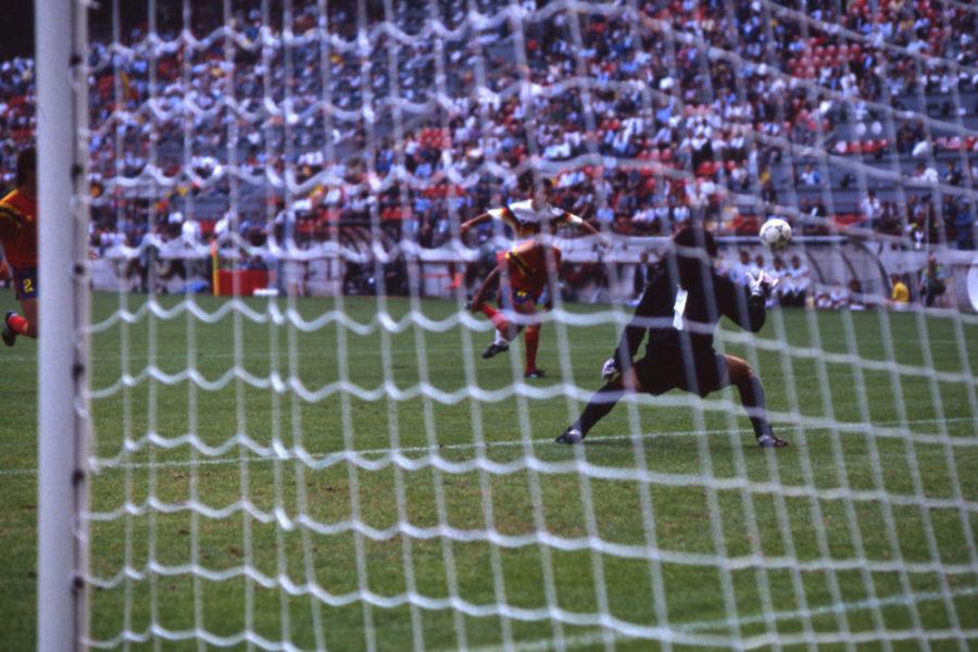 Pierre LITTBARSKI GER erzielt das Tor zum 1:0 fuer Deutschland, Torwart Jose HIGUITA, Kolumbien, ohne Abwehrmoeglichkeit, Aktion, Torschuss, Deutschland GER BRD - Kolumbien COL 1:1, Vorrunde, Finalrunde 3. Spieltag, Gruppe D, 19.06.1990 in Mailand, Fussball Weltmeisterschaft 1990 in Italien, 1989, *** Pierre LITTBARSKI GER scores the goal to the 1 0 for Germany, Goalkeeper Jose HIGUITA, Colombia, without defensive capability, Action, Score, Germany GER BRD Colombia COL 1 1, Preliminary round, Final round 3 Matchday, Group D, 19 06 1990 in Milan, Football World Cup 1990 in Italy, 1989,