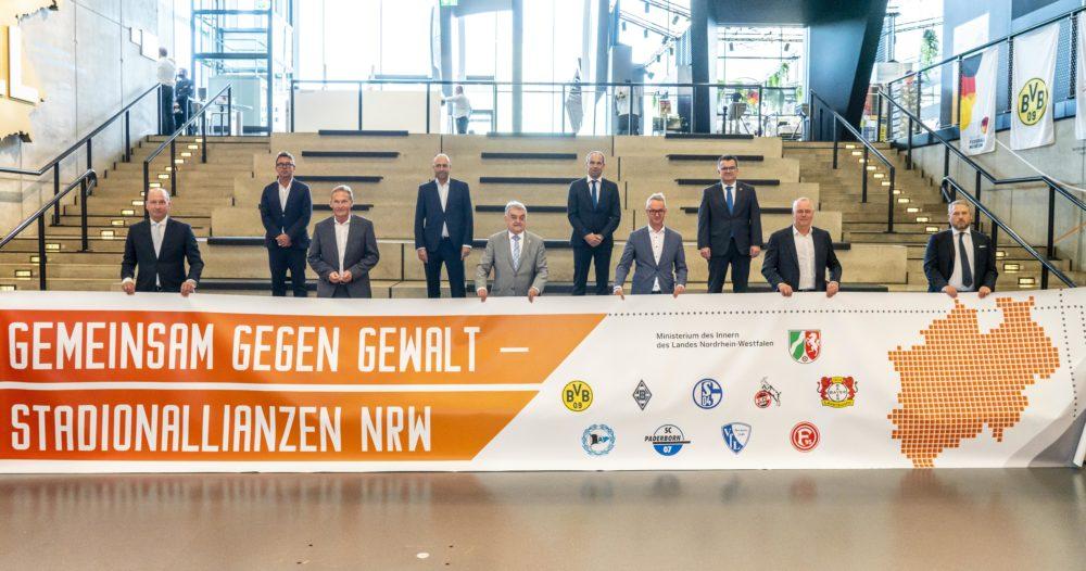 Gemeinsam gegen Gewalt - Vereine und NRW Polizei vereinbaren Stadionallianzen Unterzeichnung im Deutschen Fußballmuseum in Dortmund