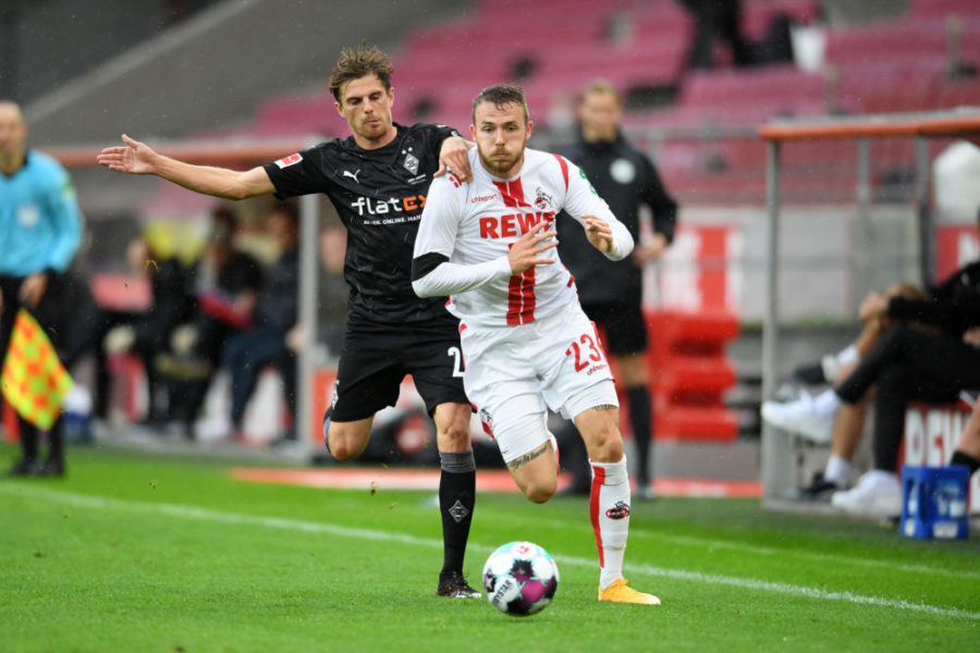 COLOGNE, GERMANY - OCTOBER 03: Jannes Horn of 1. FC Koln battles for possession with Tobias Sippel of Borussia Monchengladbach during the Bundesliga match between 1. FC Koeln and Borussia Moenchengladbach at RheinEnergieStadion on October 03, 2020 in Cologne, Germany. A limited number of fans have been allowed into the ground as COVID-19 restrictions ease in Germany. (Photo by Frederic Scheidemann/Getty Images)