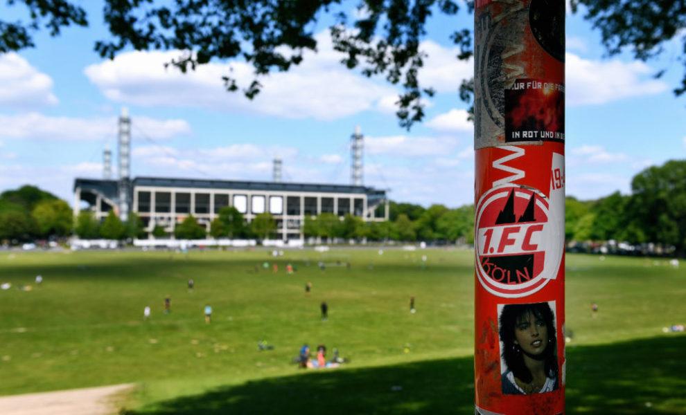 Fussball, Bundesliga, Deutschland, Herren, Saison 2019/2020, 26. Spieltag, Rhein Energie Stadion Köln, 1. FC Köln - FSV Mainz 05 FC Köln Aufkleber auf einem Schild an der Wiese vor dem Rhein Energie Stadion. Feature, Symbol, Symbolbild, Geisterspiel, Corona, Coronavirus. DFL/DFB REGULATIONS PROHIBIT ANY USE OF PHOTOGRAPHS AS IMAGE SEQUENCES AND/OR QUASI-VIDEO. *** Soccer, Bundesliga, Germany, Men, Season 2019 2020, 26 Matchday, Rhein Energie Stadion Cologne, 1 FC Köln FSV Mainz 05 FC Köln Sticker on a sign at the meadow in front of the Rhein Energie Stadion Feature, Symbol, Symbol Image, Ghost Game, Corona, Coronavirus DFL DFB REGULATIONS PROHIBIT ANY USE OF PHOTOGRAPHS AS IMAGE SEQUENCES AND OR QUASI VIDEO