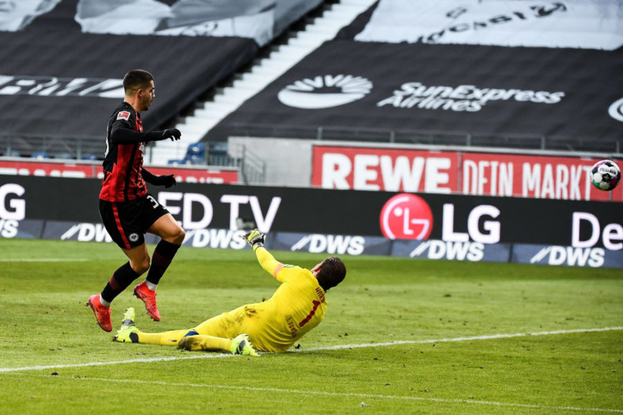 14.02.2021, xjhx, Fussball 1.Bundesliga, Eintracht Frankfurt - 1.FC Koeln emspor, v.l. Torschuss zum 1:0 fuer Eintracht Frankfurt durch Andre Silva Eintracht Frankfurt, Timo Horn 1. FC Koeln DFL/DFB REGULATIONS PROHIBIT ANY USE OF PHOTOGRAPHS as IMAGE SEQUENCES and/or QUASI-VIDEO Frankfurt am Main *** 14 02 2021, xjhx, Football 1 Bundesliga, Eintracht Frankfurt 1 FC Koeln emspor, v l Goal shot to 1 0 for Eintracht Frankfurt by Andre Silva Eintracht Frankfurt , Timo Horn 1 FC Koeln DFL DFB REGULATIONS PROHIBIT ANY USE OF PHOTOGRAPHS as IMAGE SEQUENCES and or QUASI VIDEO Frankfurt am Main
