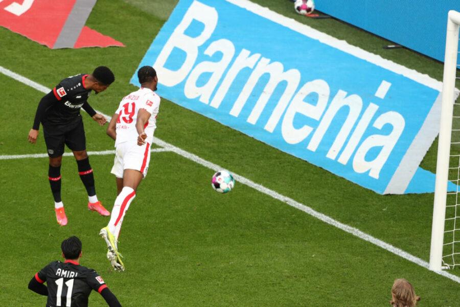 Leverkusen vs. Köln Bayer 04 Leverkusen vs. 1.FC Köln, 29. Spieltag, Bayarena, 17.04.2021, 18.30 Uhr, Leon Bailey Bayer rezielt gegen Kingsley Ehizibue 1.FC Köln per Kopf das Tor zum 1:0, DFL REGULATIONS PROHIBIT ANY USE OF PHOTOGRAPHS AS IMAGE SEQUENCES AND/OR QUASI-VIDEO, 17.04.2021, *** Leverkusen vs Köln Bayer 04 Leverkusen vs 1 FC Köln, 29 Spieltag, Bayarena, 17 04 2021, 18 30 Uhr, Leon Bailey Bayer rezielt gegen Kingsley Ehizibue 1 FC Köln per Kopf das Tor zum 1 0, DFL REGULATIONS PROHIBIT ANY USE OF PHOTOGRAPHS AS IMAGE SEQUENCES AND OR QUASI VIDEO, 17 04 2021,