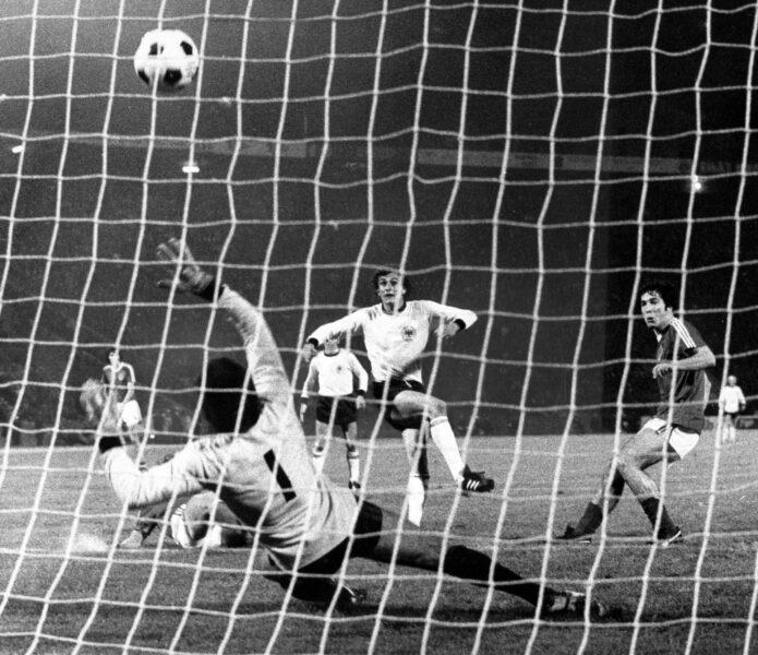 Dieter Müller (BR Deutschland) erzielt im EM Halbfinale 1976 gegen Jugoslawien in Belgrad das Tor zum 2:3  Dieter Mueller BR Germany reached in euro Semi-finals 1976 against Yugoslavia in Belgrade the goal to 2 3
