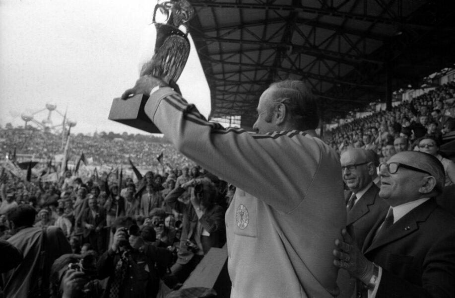Bundestrainer Helmut Schön BR Deutschland präsentiert als Europameister den Coupe Henri Delaunay