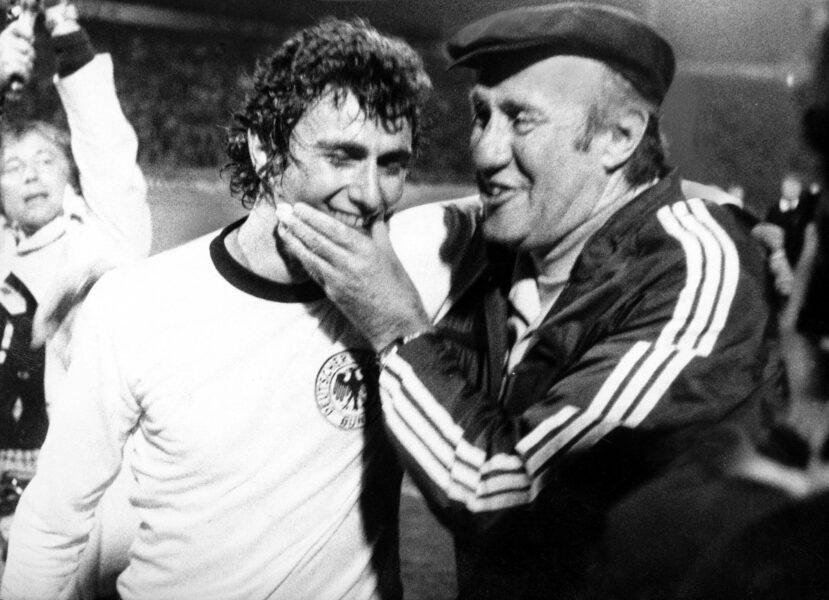 Europameisterschaft Halbfinale, Jugoslawien - BR Deutschland in Novi Sad: Dieter Müller li. und Bundestrainer Helmut Schön beide BRD jubeln nach Spielschluss