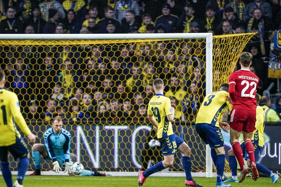 Lyngby Boldklubs Magnus Westergaard med et forsoeg, men Broendby IFs maalmand Marvin Schwäbe redder, under superliga-kampen mellem Broendby IF og Lyngby Boldklub paa Broendby Stadion i Broendby, soendag den 1. marts 2020. Kampen endte 1-0 til Broendby IF.. , Broendby Denmark *** Lyngby Boldklubs Magnus Westergaard with an attempt, but Broendby IFs goalie Marvin Schwäbe saves, during the super league match between Broendby IF and Lyngby Boldklub at Broendby Stadium in Broendby, Sunday March 1, 2020 The match ended 1 0 for Broendby IF, Broendby Denmark, PUBLICATIONxINxGERxSUIxAUTxONLY Copyright: RitzauxScanpix NielsxChristianxVilmannx COP103 spdk20200301-182504-L